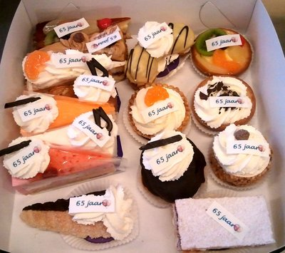 Gesorteerd gebak met foto of logo