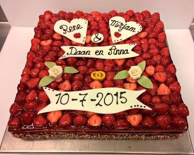 Bruidstaart met verse aardbeien 30 personen