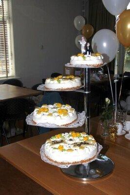 Bruidstaart van slagroom met gele rozen